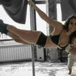 Sexy madre realiza atrevido pole dance con su bebé en manos [VIDEO]